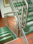 Edelstahl-Geländer mit Glasstufen