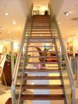 Treppe mit Holzstufen und Edelstahlhandlauf